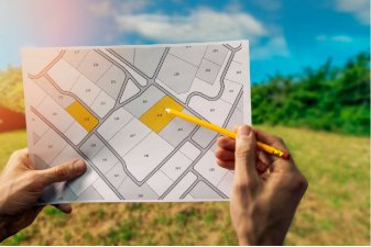 Le prix moyen d'un terrain constructible était de 88 €/m² en 2019, soit une hausse de 1 % en un an. | Shutterstock