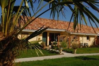 Le concept des villages senior est basé sur des maisons de plain-pied organisées autour d'une piscine.   Les Senioriales / Jean-Jacques Gelbart